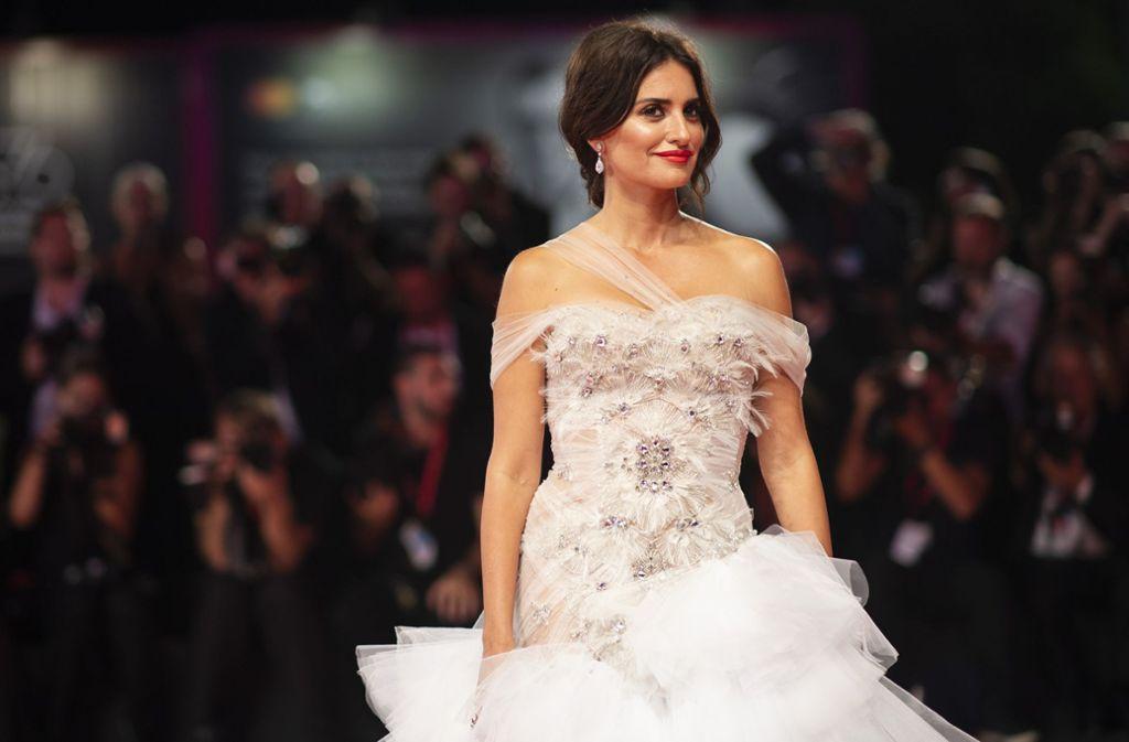 """Zur Premiere ihres Films """"Wasp Network"""" trug Schauspielerin Penélope Cruz ein edles weißes Kleid. Foto: dpa"""