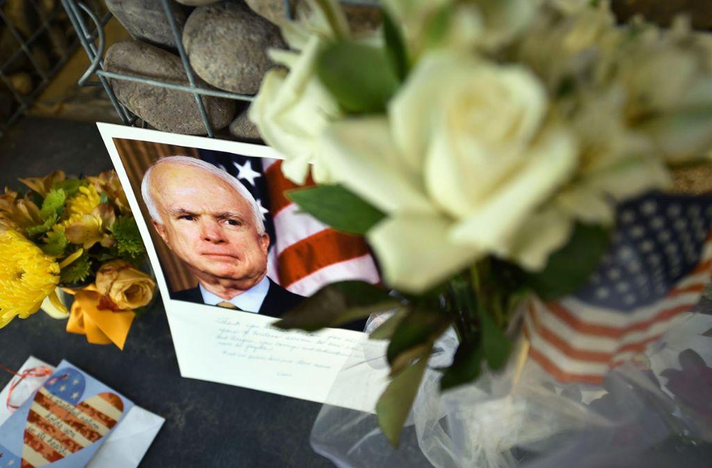 Gedenken vor dem früheren Büro von John McCain in Phoenix (Arizona) Foto: AFP