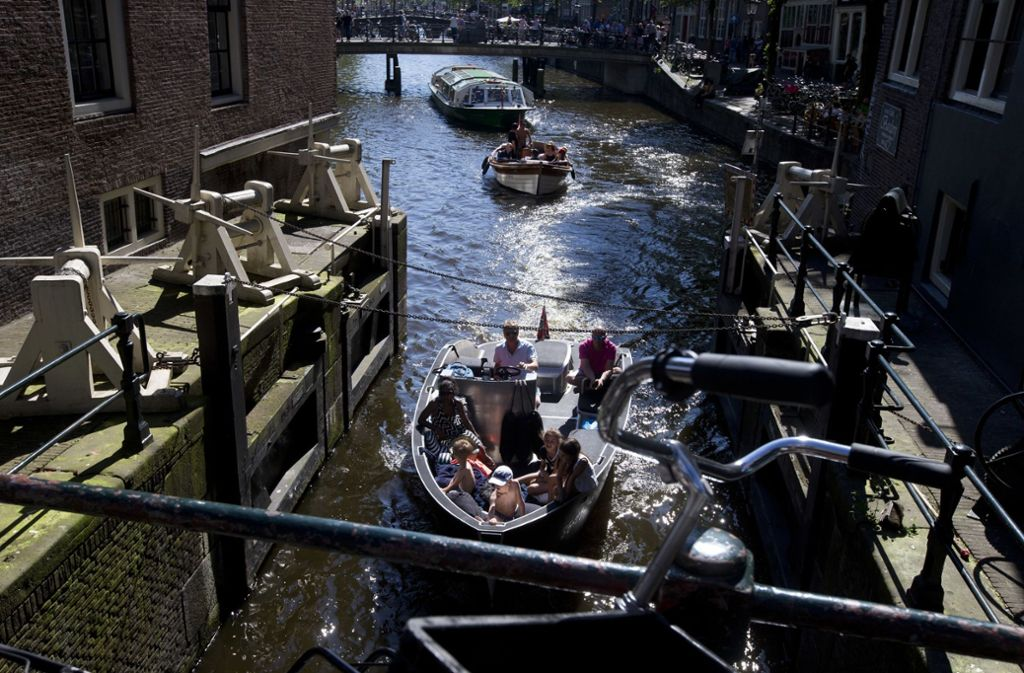 Reizvoll: die Grachten in Amsterdam. Für Besucher wird die Fahrt jetzt teuer. Foto: dpa