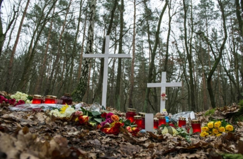 Kreuze, Blumen und Kerzen sind in einem Waldstück in Berlin abgelegt worden. An dieser Stelle war die Frau von Spaziergängern tot aufgefunden worden. Foto: dpa