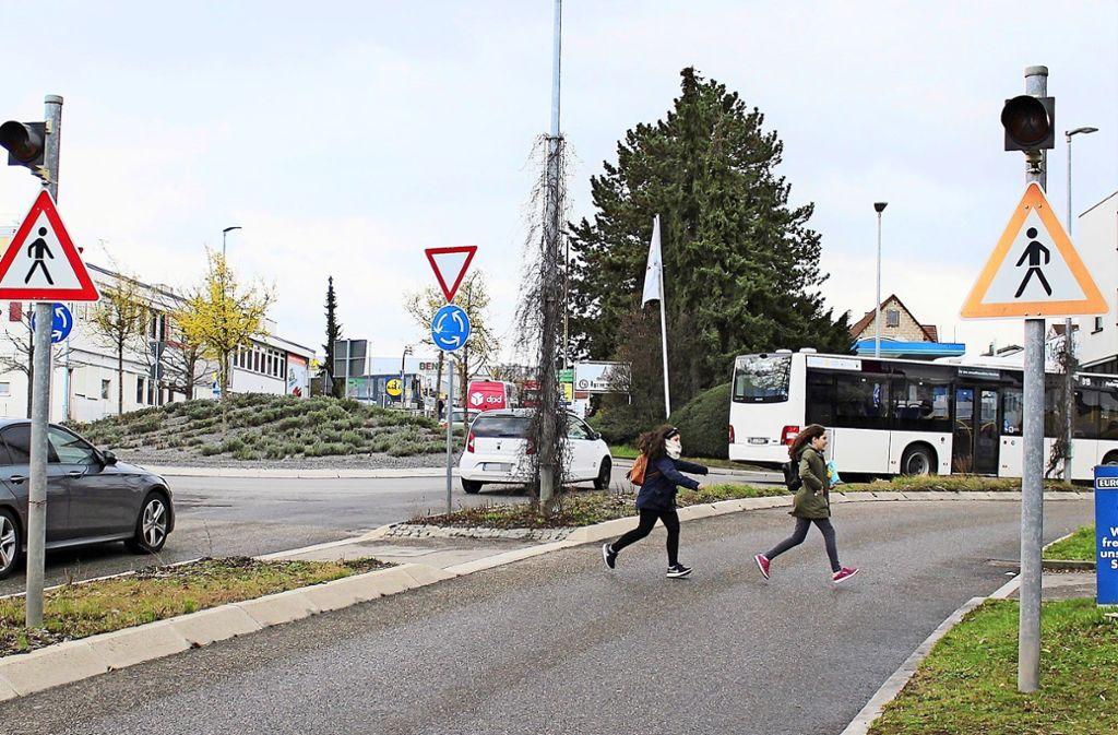 Diese Mädchen rennen lieber über die Straße, bevor ein Auto kommt. Foto: Caroline Holowiecki