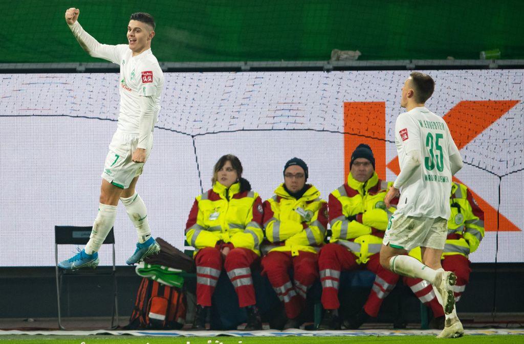 Milot Rashica (links) traf gegen Wolfsburg doppelt. Foto: dpa/Swen Pförtner