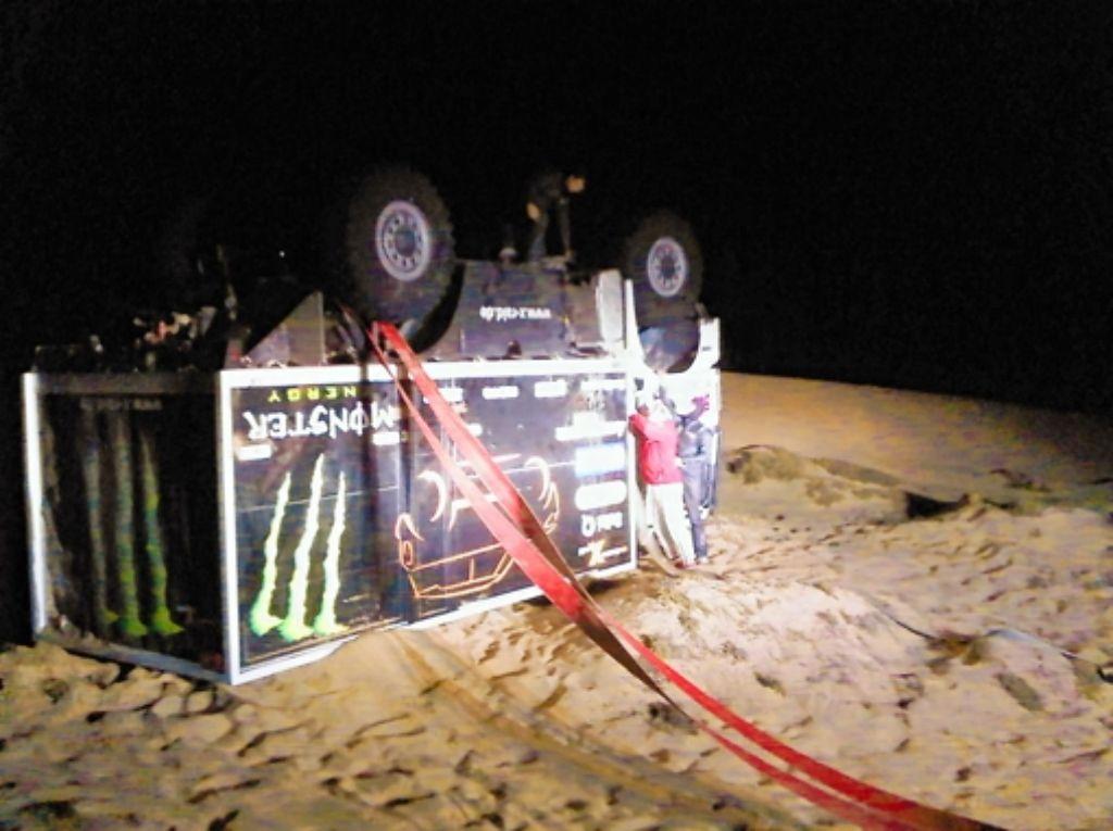 Der Service-Truck von Thomas Wallenwein, Philipp Beier und Uwe Zaumseil kippte beim Erklimmen einer Düne auf die Seite und musste wieder aufgerichtet werden. Foto: z