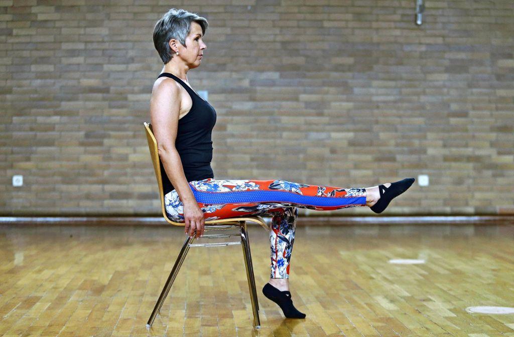 Aufrecht sitzen, Bauchnabel einziehen, ein Bein anheben und von der Sitzfläche lösen. Foto: Pressefoto Baumann