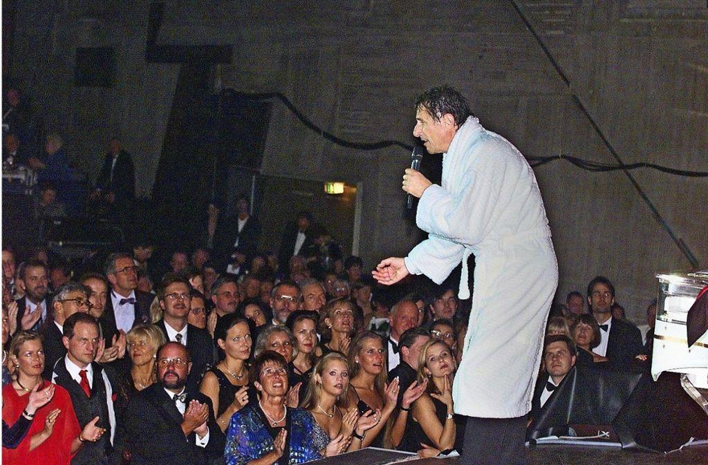 Udo Jürgens beim 40. Landespresseball 1999 im obligatorischen Bademantel. Foto: Uli Kraufmann