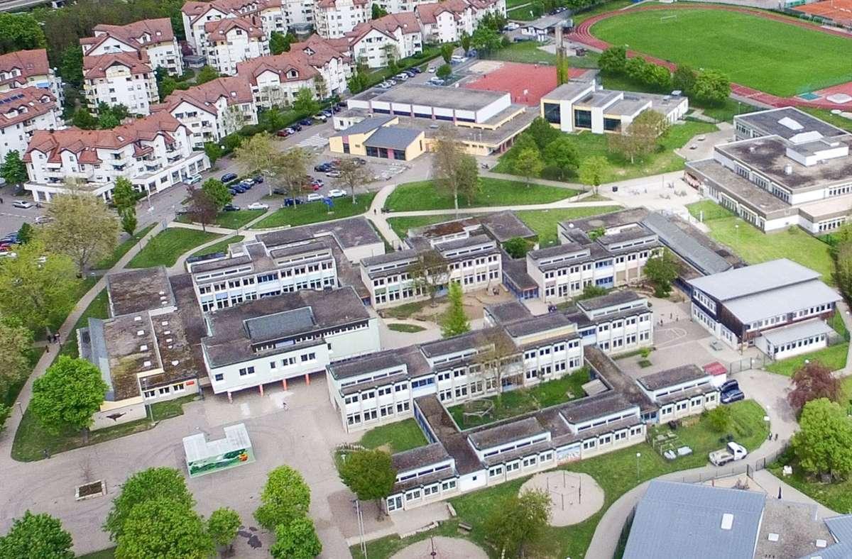 Das Schulgelände mit Gemeinschafts- und Förderschule an der Jahnstraße. Im Hintergrund ist die Realschule Weil der Stadt zu sehen. Foto: Kreiszeitung Böblinger Bote/Thomas Bischof