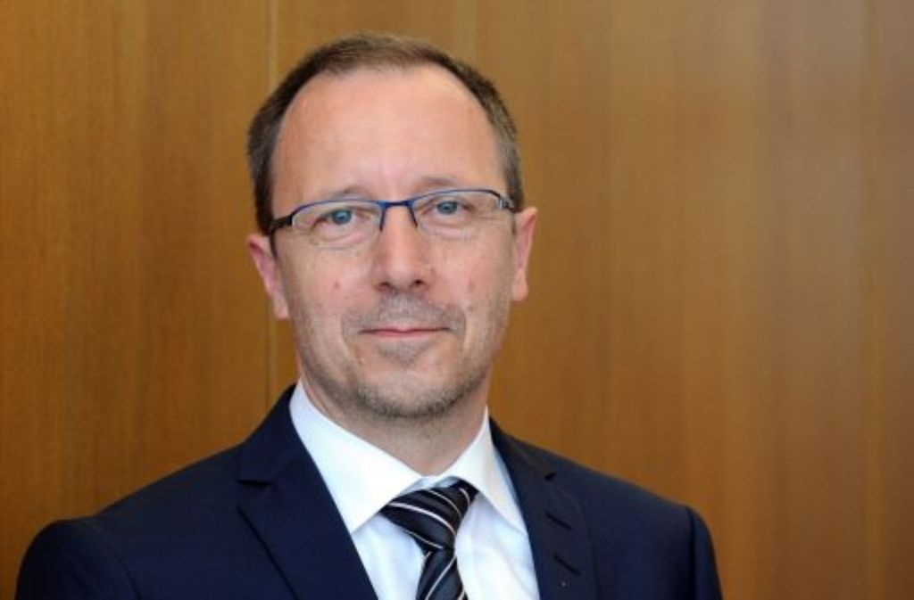 Innenminister Reinhold Gall (SPD) hat sich auf Gerhard Klotter (Foto) als neuen Landespolizeipräsidenten festgelegt. Der 58-Jährige folgt auf Wolf Hammann, der Amtschef im Integrationsministerium von Bilkay Öney (SPD) werden soll.   Foto: dpa