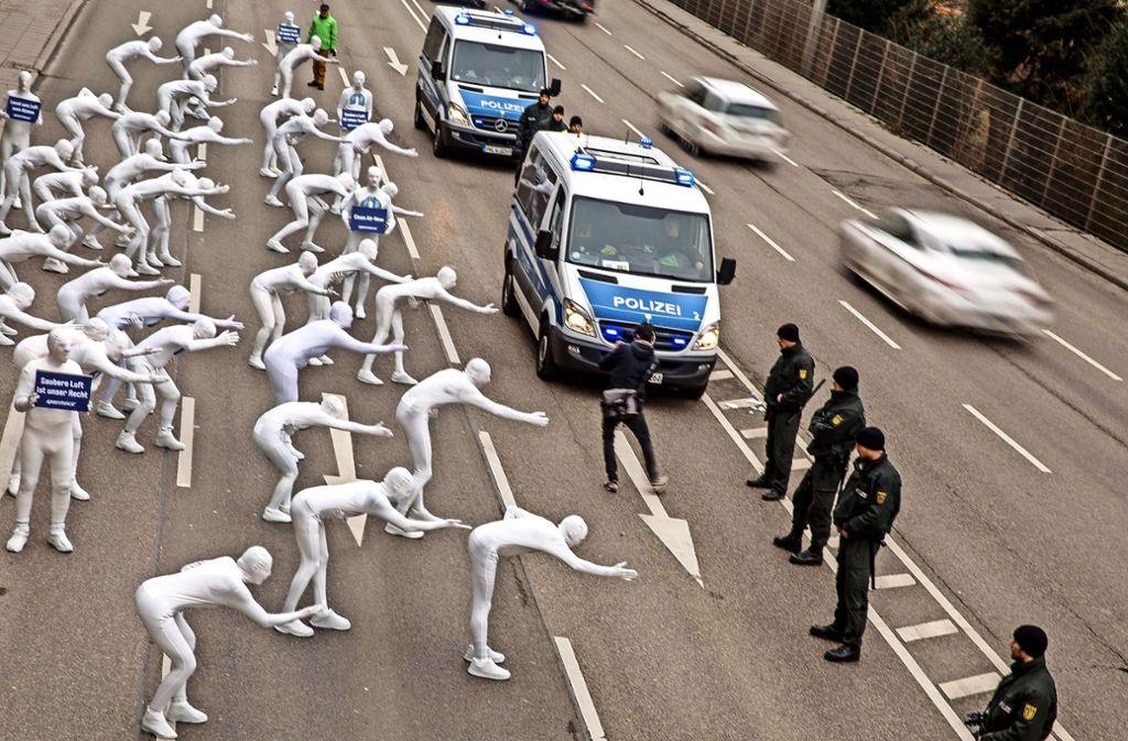 Mit einer Aktion auf der B14 bei der Messstelle Neckartor hat Greenpeace am Montag in Stuttgart auf die schlechte Luftqualität aufmerksam gemacht. Foto: Lichtgut/Leif Piechowski