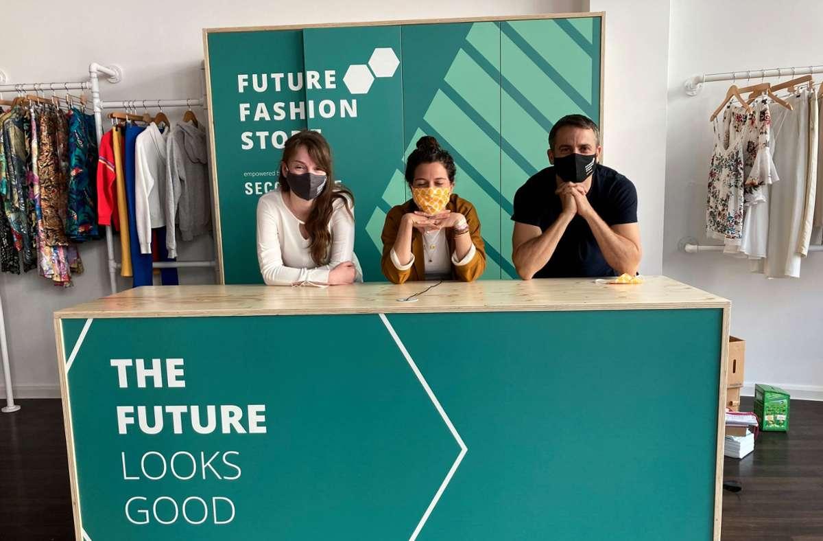Ein Trio für bewussten Konsum (v. li.): Hannah Kussel (Gerber), Rebecca Hummel (Store-Managerin) und SEZ-Chef Pilipp Keil Foto: Haar