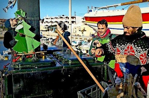 Santiago Agustin Carrara (rechts) am Hafen von  Chios Foto: Privat