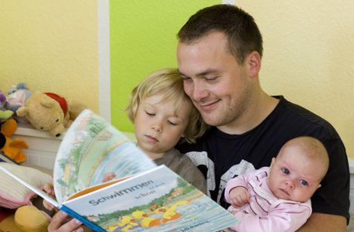 Väter in Elternzeit machen später auch mehr im Haushalt