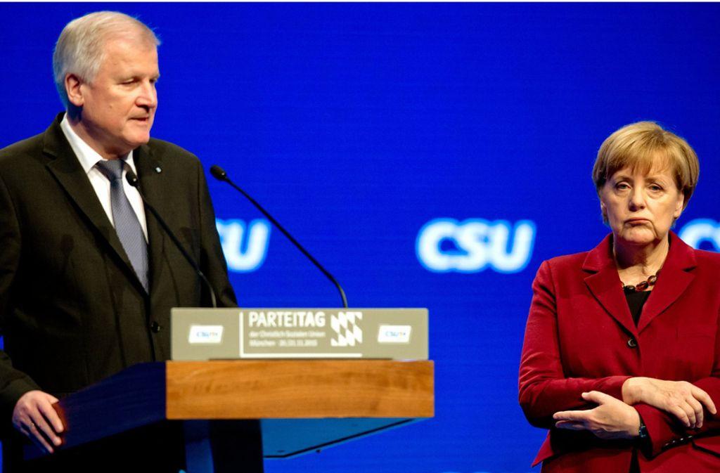 Denkwürdiger Auftritt: Horst Seehofer, damals noch bayerischer Ministerpräsident, liest Angela Merkel auf dem CSU-Parteitag am 20. November 2015 in München die Leviten. Foto: dpa
