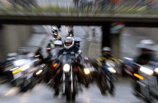 24.10.: Biker fährt freihändig durch Blitzer
