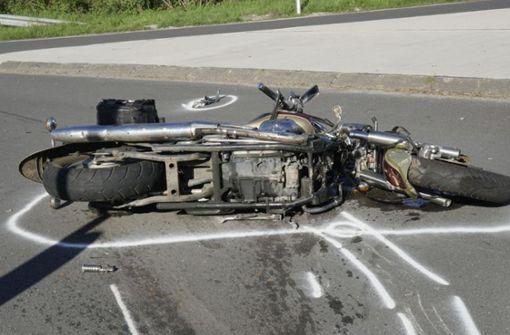 Frau übersieht Motorradfahrer