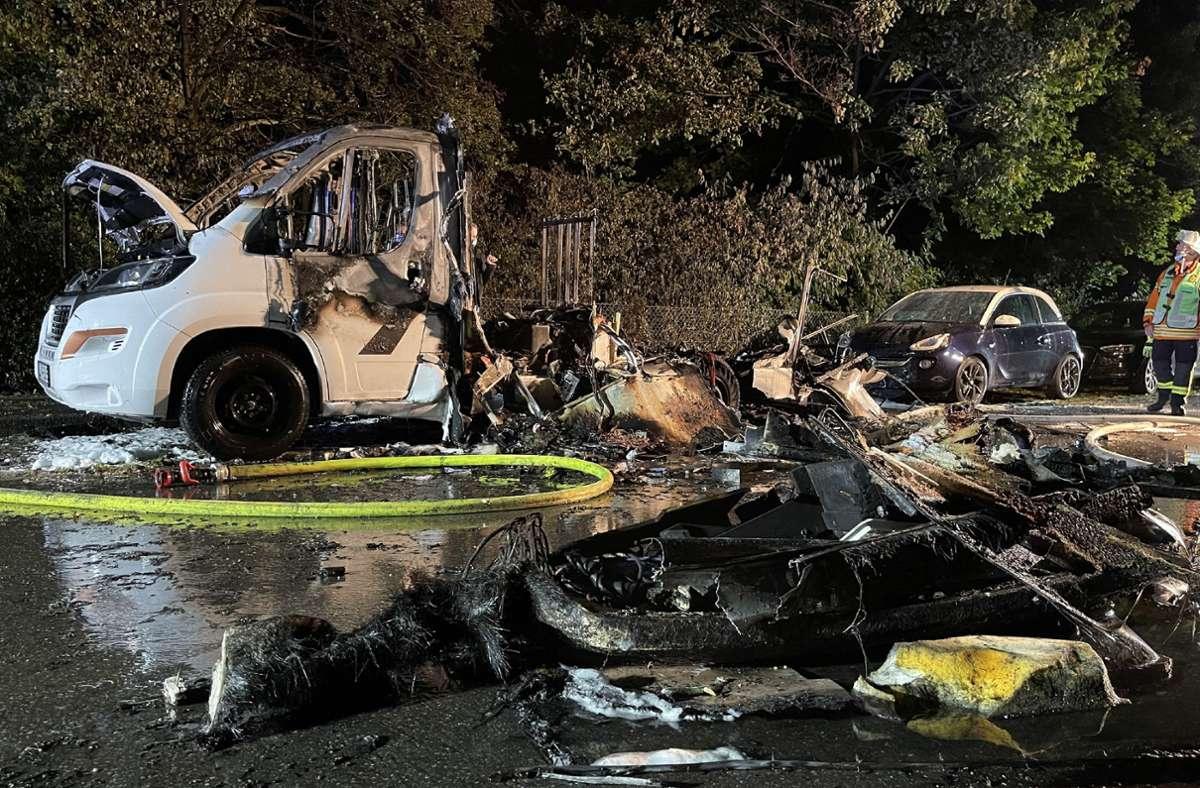 In Münchingen ist in der Nacht auf Dienstag ein Wohnmobil komplett ausgebrannt. Foto: SDMG/SDMG / Schulz