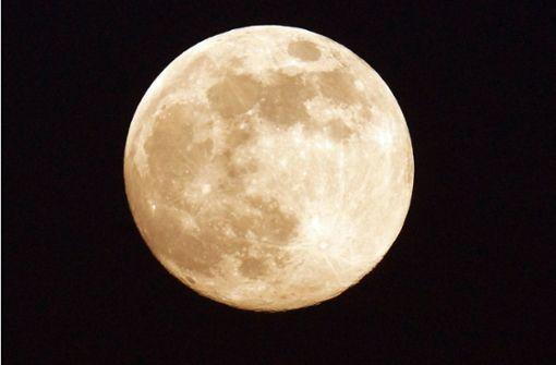 Der Mond zeigt sich in beeindruckender Größe