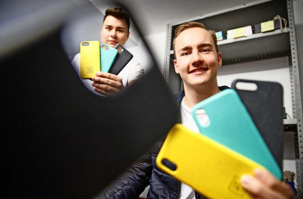 Luca Zeitvogel (rechts) und Kevin Geiger entwickeln umweltfreundliche Smartphone-Hüllen. Foto: Gottfried Stoppel
