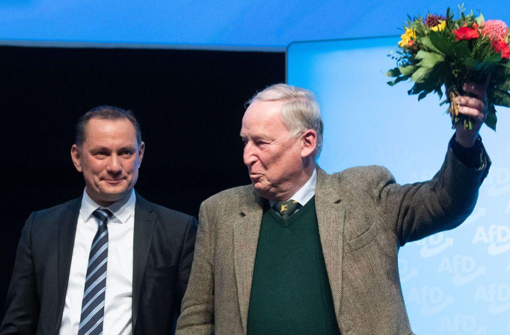 Tino Chrupalla (l), Bundessprecher der AfD, gratuliert beim Parteitag der AfD Alexander Gauland zu dessen Wahl zum Ehrenvorsitzenden der AfD. Foto: dpa/Julian Stratenschulte