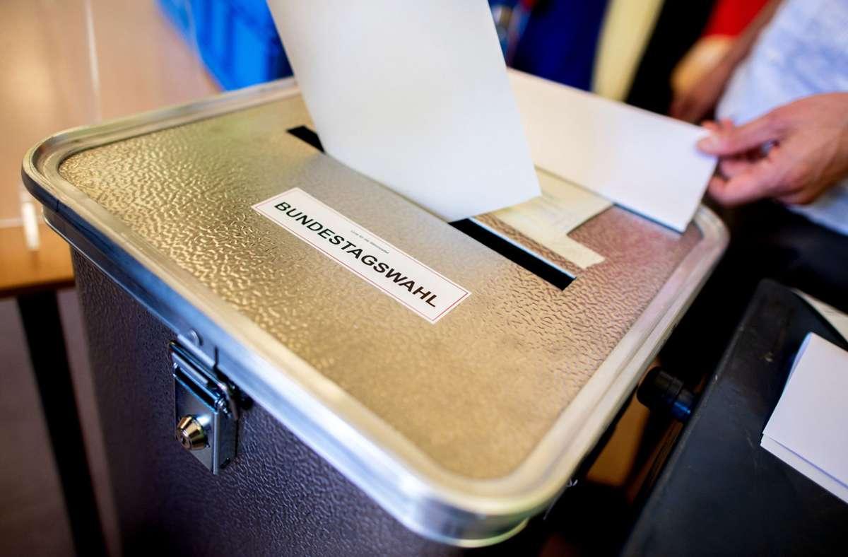 In einem Wahllokal in Bergheim wurde eine Frau abgewiesen, die Kopftuch und Maske trug. (Symbolbild) Foto: dpa/Hauke-Christian Dittrich