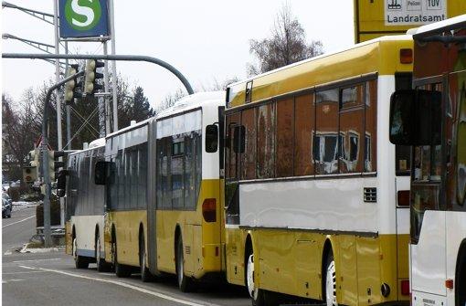 Bis zu zehn Busse fahren nach Ankunft der S-Bahn gleichzeitig am Bernhausener Bahnhof ab. Foto: Jens Noll
