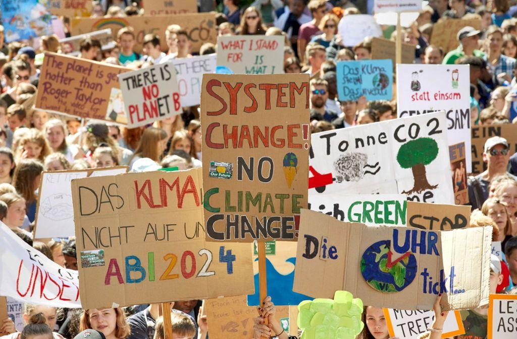 Schüler fordern bei einer Freitagsdemonstration eine rasche politische Wende im Klimaschutz ein. Foto: dpa/Georg Wendt