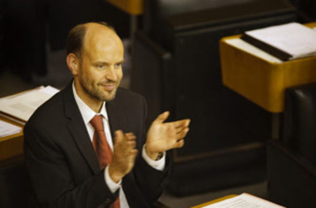 Grün-Rot auf dem Pult und ein zufriedenes Lächeln: der Abgeordnete Gernot Gruber. Foto: Stoppel