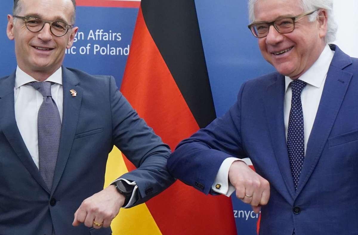 Üben den Corona-Gruß: Der deutsche Außenminister Heiko Maas (SPD, links) und sein polnischer Amtskollege Jacek Czaputowicz Foto: AFP/Janek Skarzynski