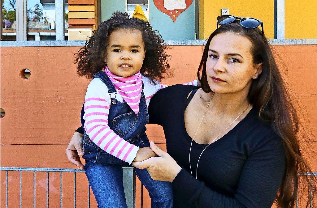 Die dreijährige Kaleigh muss  oft auf ihren Daddy verzichten – und künftig auch auf ihre Lieblingstante im Kindergarten. Foto: factum/Granville