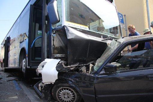 Linienbus kracht in mehrere Autos