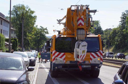 Autokran beschädigt nach Missgeschick mehrere Fahrzeuge