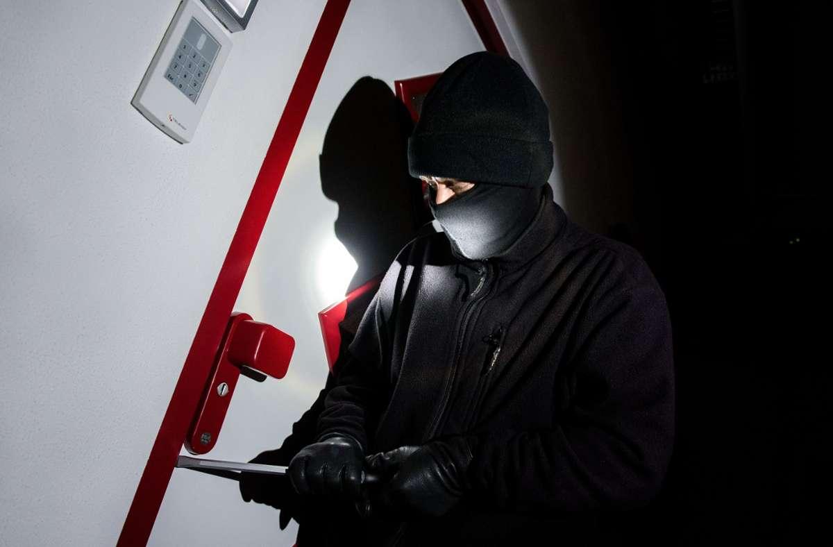 Die Einbrecher stiegen in ein Kosmetikstudio in Degerloch ein. (Symbolbild) Foto: picture alliance / dpa/Daniel Bockwoldt