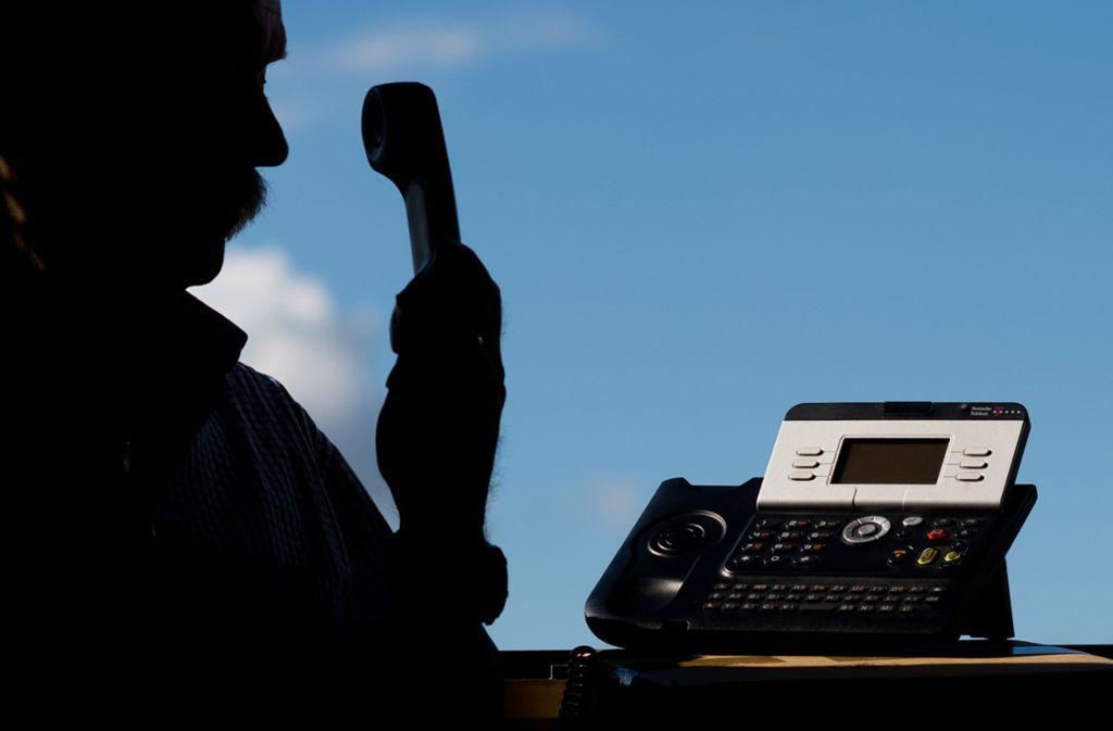 Falsche Polizisten am Telefon legen noch immer viele Opfer herein und sorgen für Millionenschaden. Foto: dpa