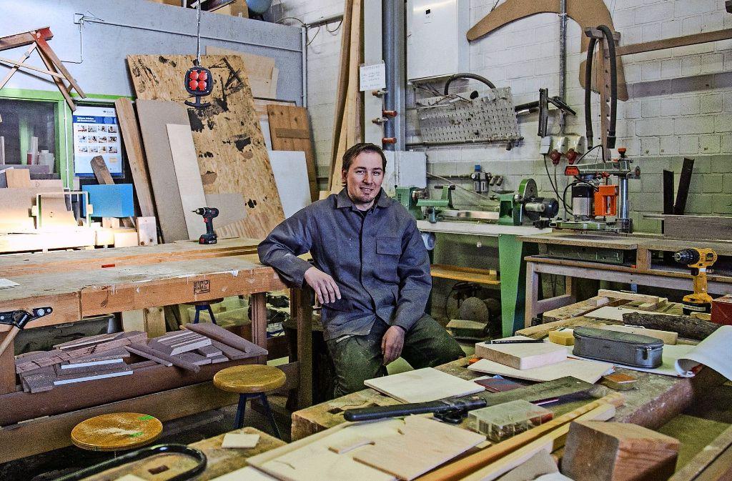 Der Wirtschaftsingenieur Martin Langlinderer hat den Anzug gegen Werkstattkleidung eingetauscht. 100 Stunden die Woche verbringt er nun im Hobbyhimmel. Foto: