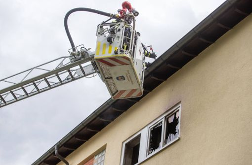 Mann rettet Nachbarin – Feuerwehr rettet Dachgeschossbewohner