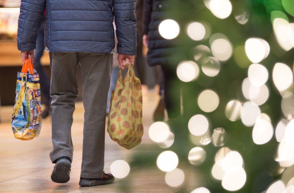 Jetzt aber schnell mit dem Einkauf heim, bevor der Weihnachtsmann kommt... Foto: dpa/Sebastian Kahnert