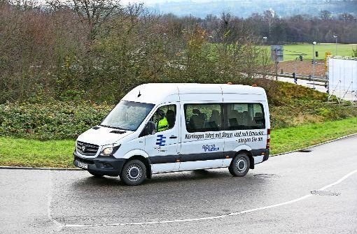 Elektrobus fährt weiter in Gewerbegebiet