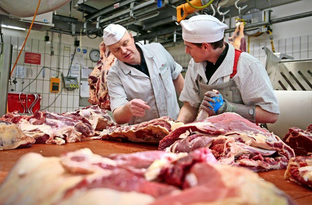 Der Gerllinger Firmenchef Gunther Stirner-Sinn (links) erklärt seinem Auszubildenden Immo Derigs, wie man ein Stück Fleisch fachgerecht zerlegt. Foto: factum/Granville