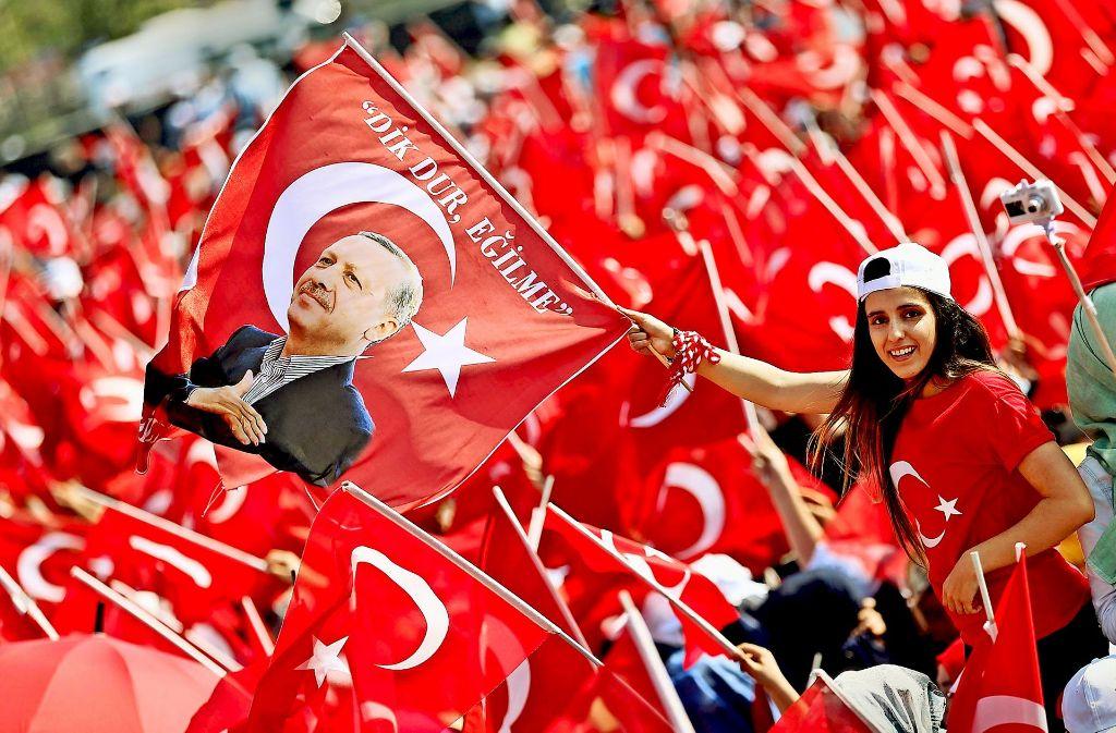 Die Anhänger Erdogans jubelten, Soldaten wurden verhaftet: Nach dem Umsturzversuch stehen sich Erdogans Anhänger und seine Gegner erbittert gegenüber. Foto: dpa