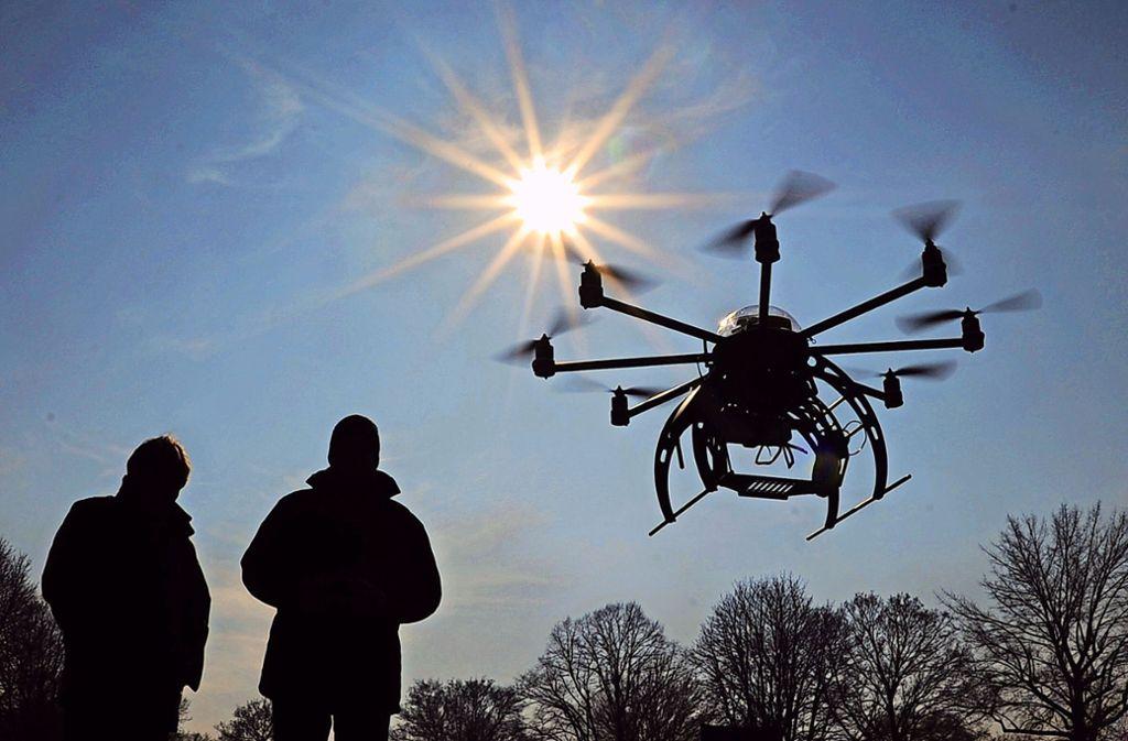 Ob Modellflugzeuge, Modellhubschrauber und Drohnen eine grundsätzliche Bedrohung für Natur und Tierwelt darstellen, ist  umstritten. Foto: dpa/Julian Stratenschulte