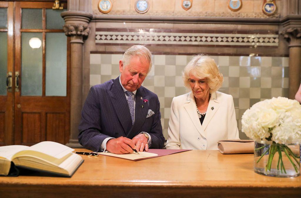 Prinz Charles und Herzogin Camilla tragen sich in das Kondolenzbuch ein. Foto: Getty Images Europe