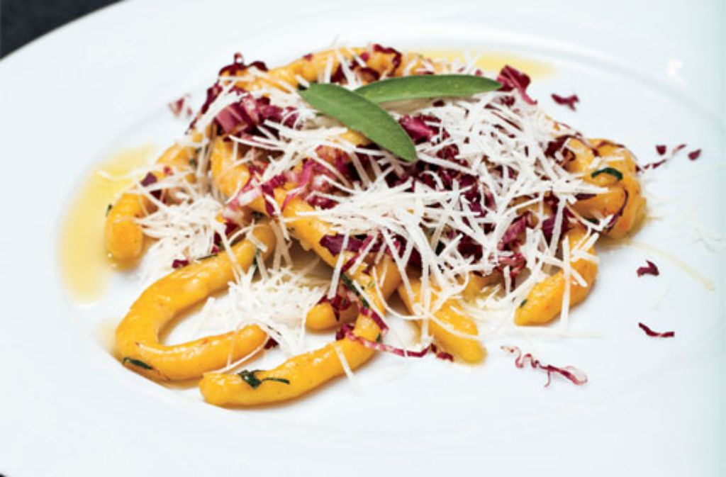 Kürbis-Kartoffelnudeln an Salbeibutter, Parmesan und Radicchio di Treviso Foto: Verlagsedition netzwerk