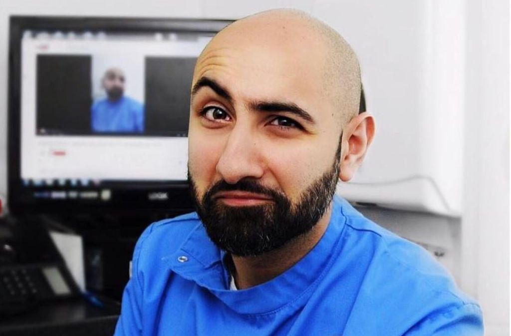 """Dr. Milad Shadrooh nimmt als """"The Singing Dentist"""" die Angst vor dem Zahnarztbesuch und hat eine wichtige Botschaft. Foto: Screenshot/Facebook singingdentistmil"""