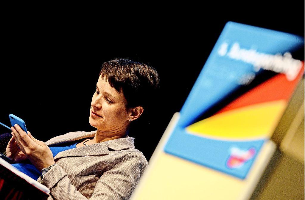 Während der bejubelten Rede ihres Parteikollegen Meuthen starrt Frauke Petry auf ihr Smartphone. Foto: Getty Images Europe