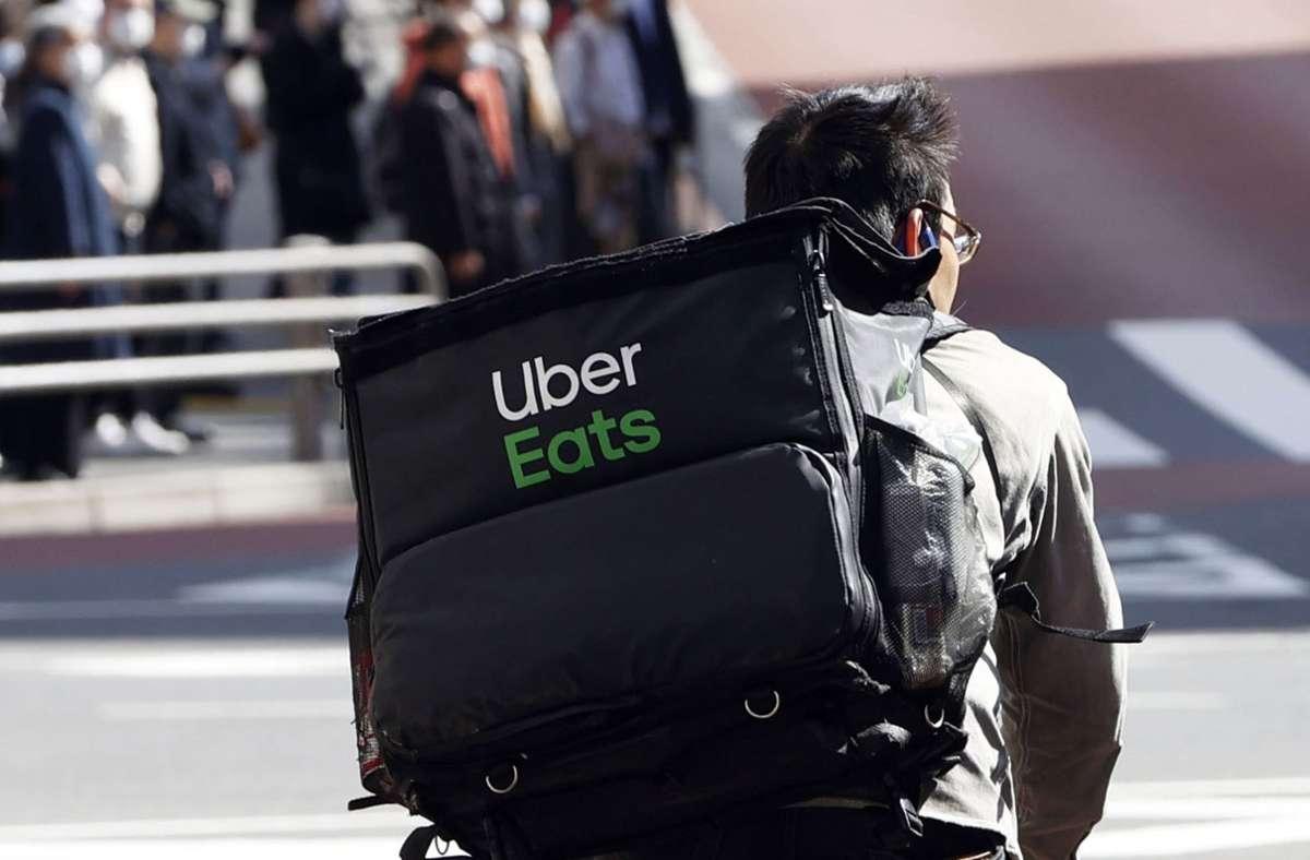 In Tokio gibt es das Angebot schon länger: Ein Mitarbeiter radelt mit einer Lieferung durch die Stadt. Foto: dpa