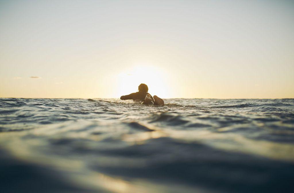 Lars Jockumsen ist in Westerland aufgewachsen und selbst schon früh auf einem Brett gestanden. Mit der Surf-Fotografie verbindet er Leidenschaft und Beruf. Foto: Lars Jockumsen