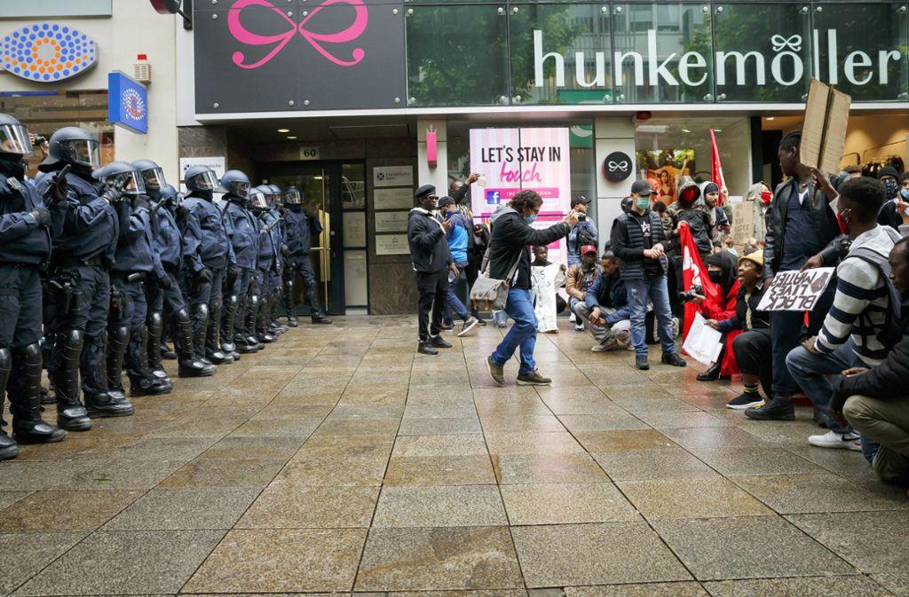 Vermutlich linke Aktivisten legen sich nach der Kundgebung mit der Polizei an. Foto: Lichtgut