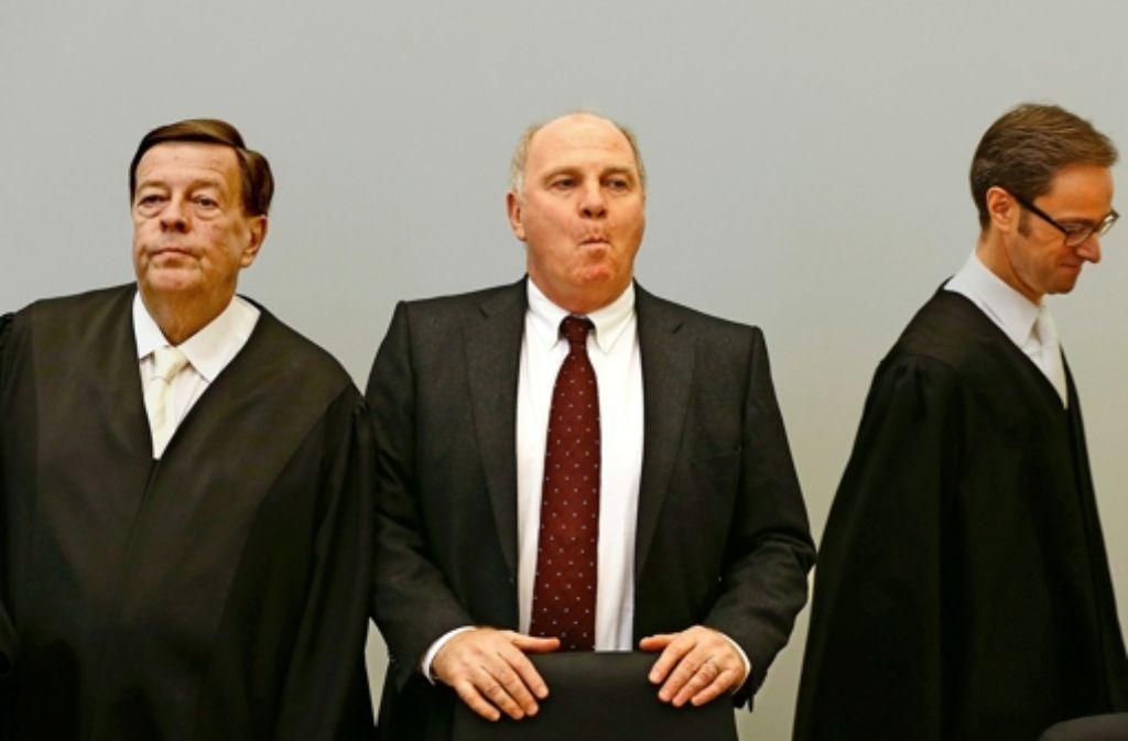 Uli Hoeneß hat sich über den Rat seines Verteidigers Feigen hinweggesetzt. Stationen seiner Karriere sehen Sie in unserer Bildergalerie. Foto: AFP