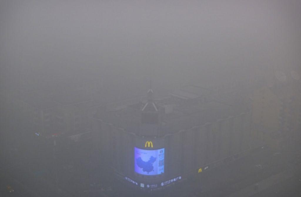 Von der Millionenmetropole ist kaum etwas zu sehen: Von Dienstagmorgen bis Donnerstagmittag gelten in Peking erstmals Einschränkungen für Fabriken und Autofahrer. Auch die Schulen bleiben geschlossen. Foto: AP