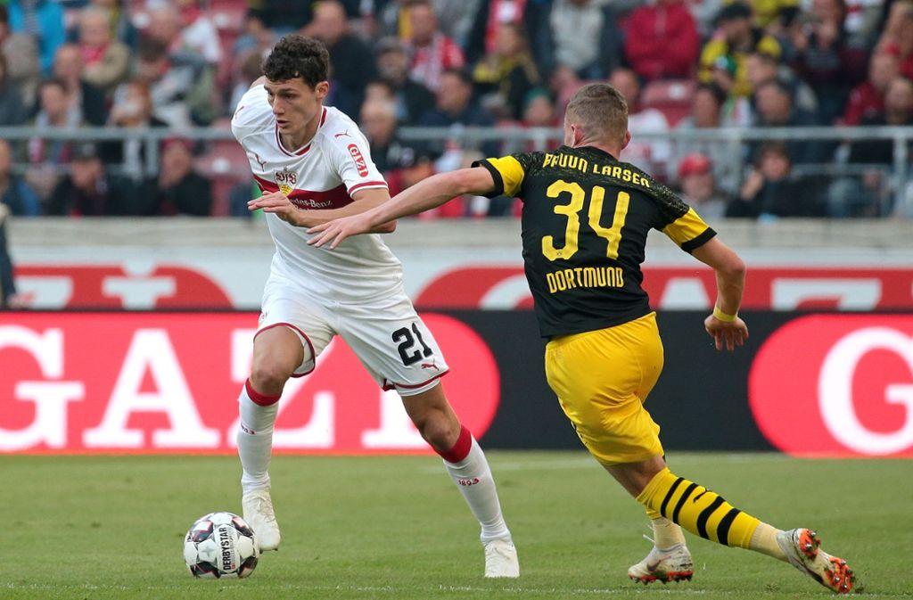 Umkurvt Benjamin Pavard (li.) BVB-Stürmer Jacob Bruun Larsen auch diesmal so elegant? Foto: Baumann