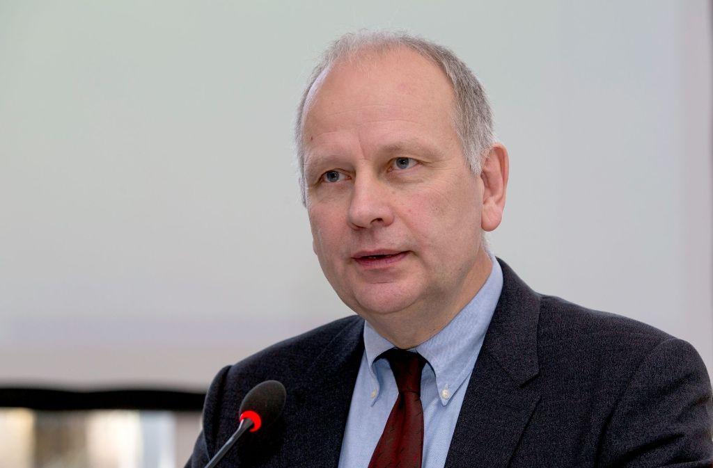 Ärztepräsident Ulrich Clever fühlt sich vom Umweltminister nicht unter Druck gesetzt. Foto: dpa